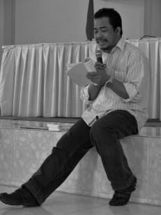 16f-bnihasan-aspahani-ketika-membacakan-puisi2
