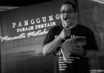 Pimred Batam Pos, Hasan Aspahani membacakan puisinya saat digelarnya Panggung Parade Penyair Menanti matahari 2012 di Tugu Proklamasi Tanjungpinang, Sabtu (31/12). F.Yusnadi